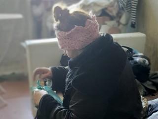 73 metų moteris mėnesį laiko gyveno laiptinėje