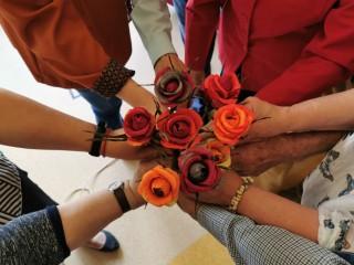 Centro klientams skirtame socioedukaciniame renginyje žiedai pražydo popieriaus lape